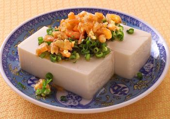 干しえびやごま油などの濃厚なうまみが詰まった中華風変わり冷奴。豆腐と合わせることで、さっぱりといただけます。全体をくずして食べるのがおすすめだとか。