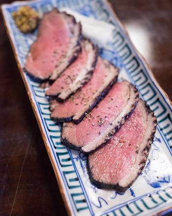 人気の肴は、「合鴨ロースの赤ワイン煮」。赤ワインの深みが肉の旨みを引き立てます。白髪ねぎや粒マスタードを合わせると、また違った味わいが楽しめますよ。