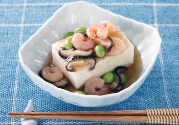 海老と枝豆の冷やしあんをかけた、料亭風の冷奴。あんがからんだ豆腐がお口の中でとろりと溶ける心地よさ。色合いもきれいで、夏の膳を彩る絶品メニューになりそう♪
