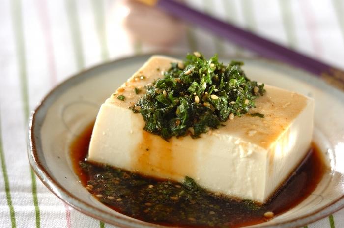 にんにく風味を程よくきかせた大葉ダレ。さっぱりしすぎない、タレの味もしっかり楽しめる冷奴です。絹ごし豆腐なら、よりつるつるとしたのどごしが楽しめます。