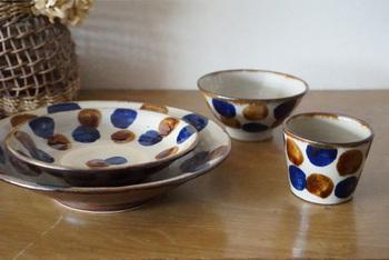 大きな水玉が大胆に描かれた【やちむん與那城】。点打という技法を使って丁寧に描かれたやちむんは温かみがあり、シンプルな料理も華やかに彩ってくれます。