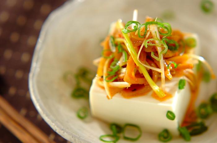 中華食材のメンマをたっぷり使った変わり冷奴。豆板醤やごま油などで中華風味に仕上げたタレで具材を和えています。お酢が入っているので、後味もさっぱり。