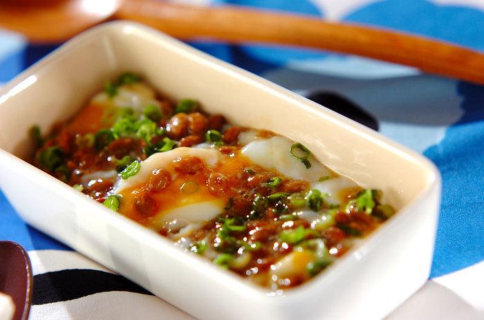 納豆と生卵の組み合わせは結構多いですが、生卵を温泉卵にかえるだけで、まろやかな味に仕上がります。 手づくりのからし醤油もポイント。