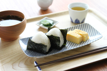 おにぎりと卵焼きを白山陶器の重ね縞にのせてワンプレート朝食に。長皿は焼き魚に使いがちですが、このようにおにぎりをのせたりいろんな使い方を楽しみましょう。