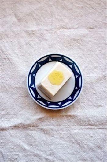 """シンプルですが、さりげなく贅沢な一品に仕上がる""""オイル+塩""""という食べ方。こちらは、こだわりのトリュフオイルとピンクソルトを使っています。オリーブオイルでもOK。冷奴が、たちまち洋風のおしゃれメニューに♪"""