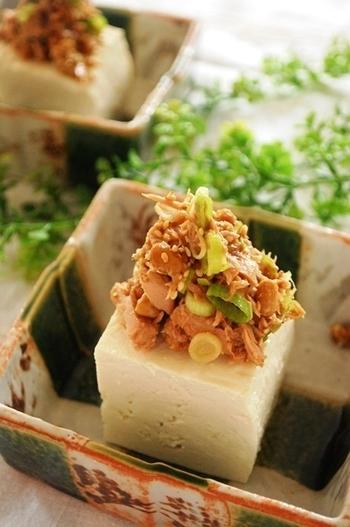 ツナや納豆をわさびをきかせたしょうゆ味で和えたアイデアトッピング。食欲が落ちぎみの夏のあっさりスタミナメニューとしておすすめです。