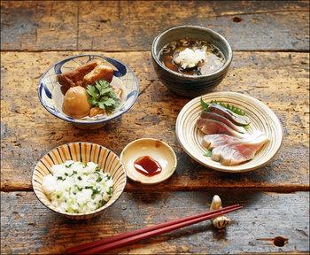 いろんな和食器を組み合わせると、それぞれの表情を楽しめます。柄の入った和食器ばかりですが、不思議とまとまりがありますね。