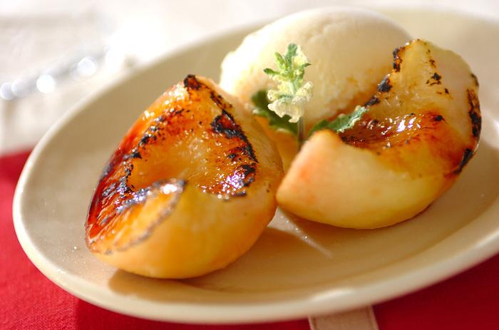 桃は、焼くことでより甘く、柔らかくなります。レシピではバーナーを使っていますが、なければ、トースターやオーブンなどでもOK。冷たいアイスとのコラボは、たまらないおいしさです。