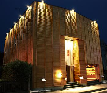木箱のようなデザインの外観が印象的な「元祖博多めんたい重」。店内は高級感があり、ゆっくりとくつろげる落ち着いた空間になっています。