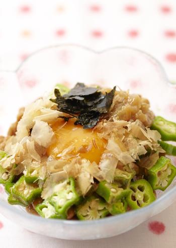 ネバネバ仲間の納豆とオクラに、梅干し、卵黄、かつお節などを組み合わせた豪華な組み合わせ。 山芋とろろを入れてもおいしくいただけます。 サッと食べられるので、あまり食欲のないときにもおすすめです。