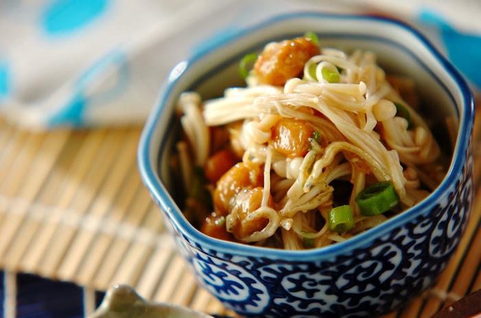 エノキと納豆のヘルシーなレシピ。 エノキのぬめっと感が、意外にも納豆とぴったりです。