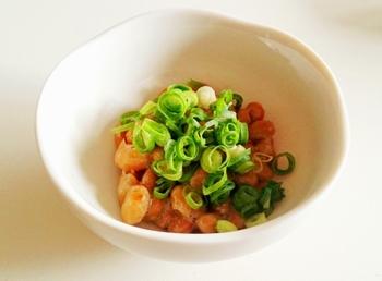 納豆は毎日食べることを推奨されるほど、体にも良い食材。  いつもどのように食べていますか? ネギや和からしと一緒に、あるいは薬味を入れる食べ方も定番ですね。 ただ、毎日同じような食べ方だと飽きてしまいます。  せっかくヘルシーでスタミナのある納豆を毎日いただくなら、もっとアレンジしてみるべき。 今回は「納豆+α」でおいしくいただけるレシピを集めました。