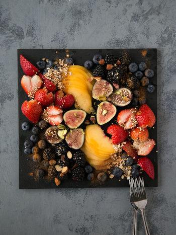 桃、ぶどう、いちじくなど、お口に入れたとたんジューシーな果汁があふれ出す、旬の果物たち。そのままいただくのももちろん贅沢な楽しみ方ですが、みずみずしさを生かしつつスイーツにしてみるのもおすすめ。果汁いっぱいの極上スイーツに、ぜひ挑戦してみましょう。