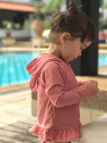 デリケートな子供のお肌は、ラッシュガードでしっかり守ってあげましょう。ひらひらしたフリルがついた、女の子にぴったりのラッシュガード♪