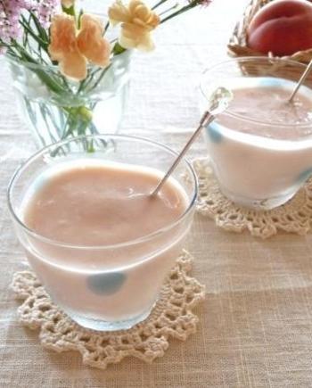 桃やヨーグルトを使った、フレッシュスムージー。甘さは、桃の自然な甘みのみ。色もきれいです。こんなスムージーがあったら、朝食がおしゃれにアップグレードしますね。
