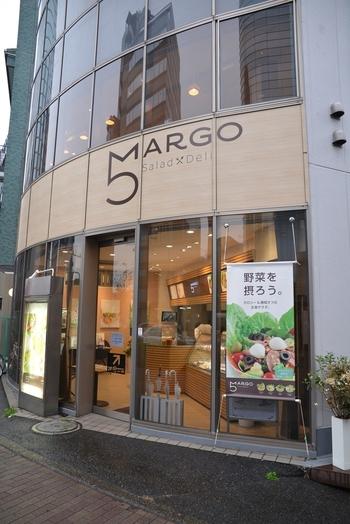 大江戸線の西新宿5丁目駅からすぐ、方南通りに面した角地にあるオシャレなサラダ専門店。曲線が美しいガラスばりの店頭には、新鮮そうなサラダの写真が飾られていて、思わず足を止めてしまいます。