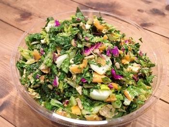サラダは食材が決まっているシグネチャーサラダと、ベースとトッピングを自由に組み合わせられるカスタムサラダがあります。どれもボリュームがあり、1ボウルでおなかいっぱいになりますよ。