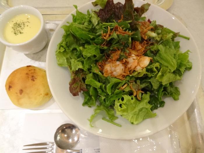 メニューは、ベースとなるサラダをスモールかレギュラーから選び、トッピングを選ぶシステム。ドレッシングも豊富◎ エキナカなので、サクッと食べたい時にもぴったりです。