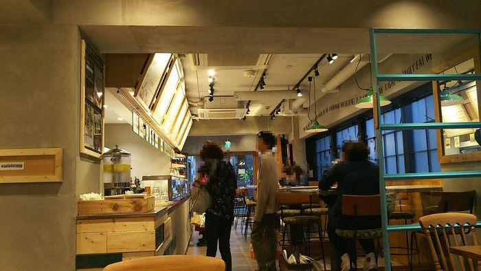 入口は小さいのですが、店内は奥行があり、とてもゆったりとできる落ち着いた雰囲気。照明が柔らかいので、夜に訪れるのもおすすめです。