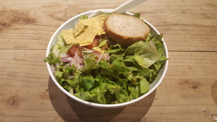 他店のようにカスタムもできますが、こちらのお店では季節によって変わるサラダがおすすめ。ボウル1つで1つのフルコースを表現したというサラダは、切り方も選べてとても充実した一皿です。