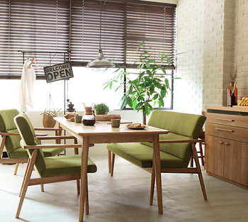 くっきりとしたグリーンは、同じく濃いめのウッドテイストの部屋によく似合います。浮きすぎない落ち着いたインテリアを好む方におすすめしたい植物です。