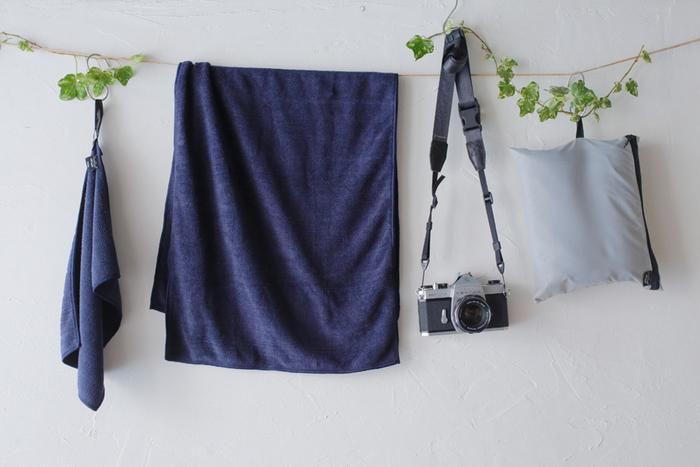 アウトドアやスポーツで便利に使えるようにと作られたパックタオルは、ちょっと吊るすためのループや専用のポーチがついたりと、ジムや旅行に大活躍!携帯性が便利なだけでなく吸水力も高く、タオルとしても安心して使えます。