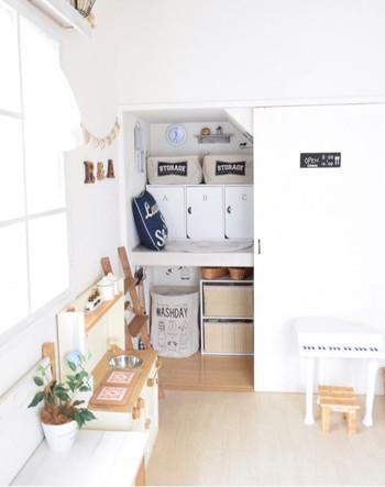 全体に白の壁紙を貼った押入れ。もはや和のテイストはゼロ!統一感のある収納アイテムを配備して、すっきり整理整頓!もうごちゃごちゃしません。