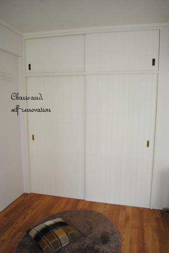 薄い木の板を張ってリメイクされたふすま。ただ柄を変えただけなのに、お部屋の雰囲気がガラっと変わって、趣ある収納場所になったと思いませんか?床の色合いもナチュラルなので素敵に溶け合っていますね。