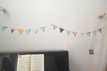 お部屋のアクセントになるガーランドもはぎれで作るとかわいい♪はさみで切ったらボンドで貼り合わせるだけです。お子さんと一緒に作ると楽しい思い出になりそうですね。