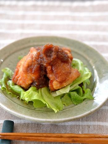 【オニオンソース】 おろし玉ねぎを使った甘辛オニオンソース。たっぷりの生野菜と一緒に、唐揚げをサラダ感覚でいただくのもおいしそう!