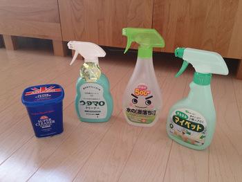 次に左から2番目のウタマロクリーナーを網戸に吹き付けます。スポンジでこすって綺麗にしたら、古いタオルを水で濡らして水拭きをしましょう。