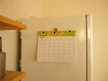 気に入ったカレンダーが見つからないときは、自分でリメイクしてみるのはいかがでしょう?厚紙とはぎれでかわいいカレンダーができます。切り取り線を作るためにミシンで縫っていますが、ミシンがない場合ははさみで切り取っても良いですね。