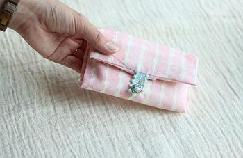 そして!さらに簡単な作り方もご紹介します。ティッシュの出口付近の布を重ねるだけでより機能的に使えますよ。手縫いをせずにミシンだけでできてしまうのもうれしいですね。
