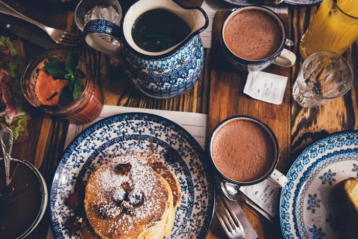 朝は時間がなくて朝食が作れない、朝食よりも寝ていたい気分……そんな時もありますよね。  でも、もし朝食がいつもよりもちょっとだけリッチだったら、朝の憂鬱やしんどさも少しは吹き飛ぶはず。 いつもの朝食がちょっぴりリッチになるだけで、気分も変えられたら良いですよね。  目でも楽しめる彩り豊かなものや、栄養満点のものまで、毎日の朝食がちょっと豊かになるハッピーレシピをご紹介します♪