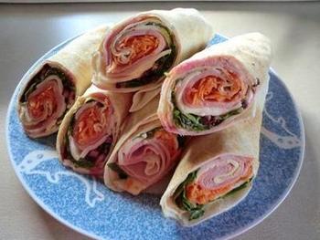 レバノンをはじめとする中東のラップサンド。  ピタパン生地などを使って、お好きな具材を巻いてみましょう。  ハムやチーズ、ヨーグルトなどを巻いたり、スクランブルエッグを巻いてもおいしそう。  多めに作って、ランチに活用するのも良さそうですね。