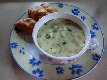 朝、とくに忙しい時はカップスープだけ……という時もありますよね。  そんな時はちょっとだけお野菜を入れてより栄養を取れるレシピに変えてみるのも1つのアイデア。  筆者はよく玉ねぎやズッキーニを入れて楽しんでいます。 野菜を少し入れるだけで食感も変えられますよ。