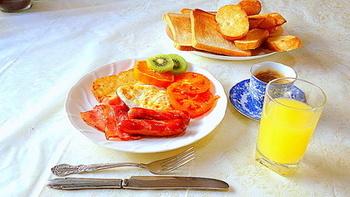 朝食といえば、イギリスの朝食メニュー「イングリッシュ・ブレックファースト」が有名。  焼きトマトやハッシュドポテト、ベーコンなどをワンプレートに配置してのんびり優雅な朝食タイムを楽しむのも良いですよね。