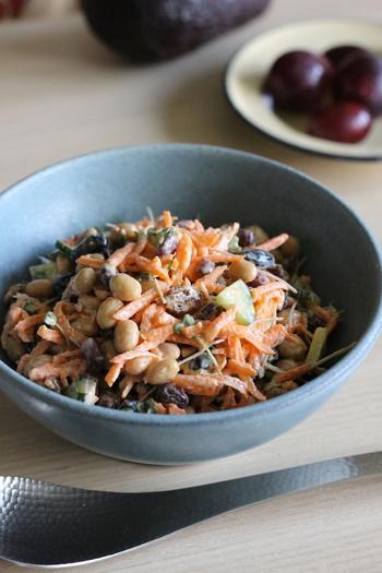 こちらはお豆やお野菜がごろごろした、食べ応え満点のサラダ。  マヨネーズがベースになっているサラダですが、オリーブオイルとレモン汁を入れることで味がぐっと引き締まるのだそうです。  栄養も取りやすく、彩りもあり、朝の気分をあげるのにはぴったりですね。