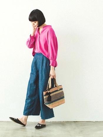 鮮やかなピンクのシャツとリネンガウチョのリラックスコーデ。合わせる小物によって、シンプルなファッションがエスニックスタイルに。