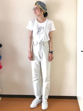 Tシャツ×デニムのシンプルなホワイトコーデ。いつもの普段着スタイルに、ヘアターバンひとつでエスニックな雰囲気をプラスすることが出来ます。