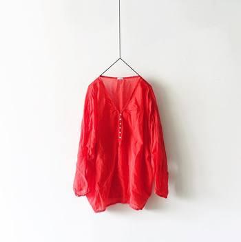 鮮やかな赤がとってもきれいなプルオーバー。ゆったりしたシルエットで透け感があるので、暑い日にも涼し気に着られます。パッと鮮やかな夏カラーは、エスニックアクセサリーがよく映えます。