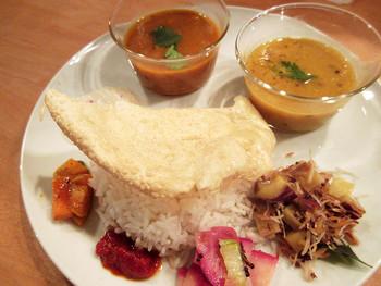 「南インド定食 ベジミールス」 カレーはレンズ豆カレーと野菜カレーの2種類に、ジャガイモのココナッツ炒め、人参、赤カブ、パパド、ヨーグルトが添えてあります。ヴィーガン料理は刺激が少ないイメージですが、コクと旨味がしっかり感じられスパイスが奥深さを加え、優しさも感じるスパイスカレーです。