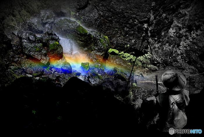 晴れた日には、滝が散らすしぶきが陽射しを浴びて七色の虹を作り、神秘的な景色が現れます。