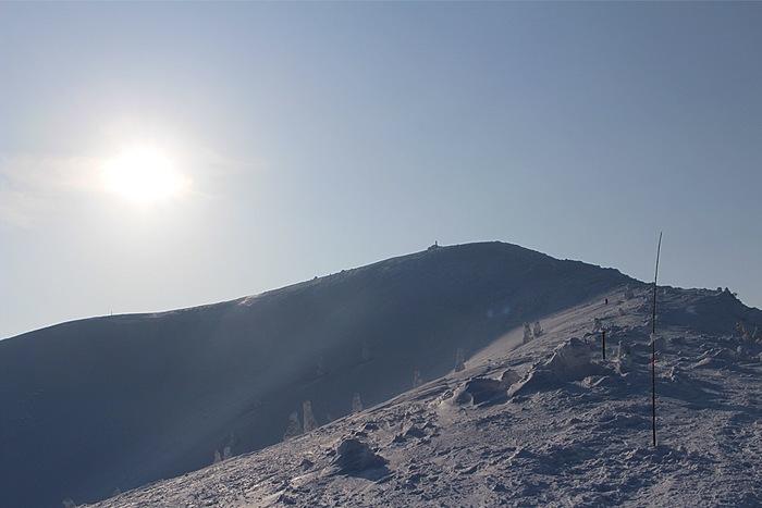 宮城県と山形県にまたがる広大な蔵王連峰。広大なゲレンデとコースの多さでスキーやスノーボーダーに人気の「蔵王温泉スキー場」は、山形側にあります。でも、蔵王連峰の魅力は冬だけではありません。