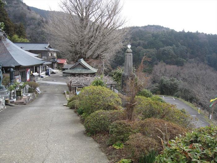 灌頂ヶ滝の上部に位置する慈眼寺は、平安時代初期に真言宗の開祖者である空海によって創建された寺院です。