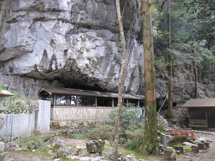 慈眼寺の境内には、かつて空海が発見した鍾乳洞があり、ロウソクの灯りを手にして洞窟内に入ることができます。