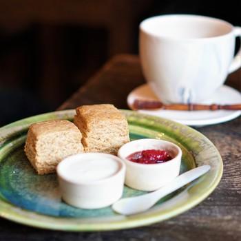 こちらの「豆乳で作ったチャイ」は、5種類のスパイスをブレンドしたスパイシーさが魅力。「スコーン」は、豆乳クリームと、季節のジャムを添えてあり、香ばしいスコーンはザクザク・プチプチ食感を楽しめます。