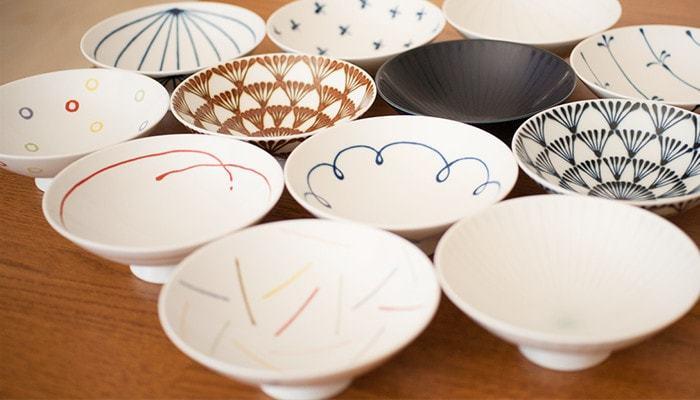 「グッドデザイン賞」や「ロングライフデザイン賞」を受賞しているほどの優れたデザイン性を誇るのが、こちらの「平茶碗」。何と約100種類ものデザインがあるのだとか。