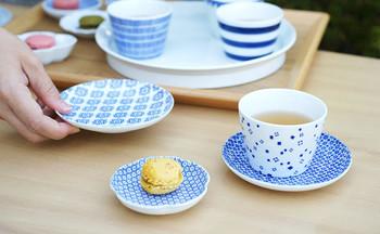 「東屋」で人気が高いのが蕎麦猪口(そばちょこ)と豆皿。蕎麦猪口は、めんつゆを入れるだけでなく、湯のみとしても使えます。上記の小皿と合わせれば、立派なおもてなしセットに。「マルチカップ」として色々活用してみてください。  豆皿はデザイン豊富で、ちょっとしたお茶菓子を盛り付けるのにもぴったりです。