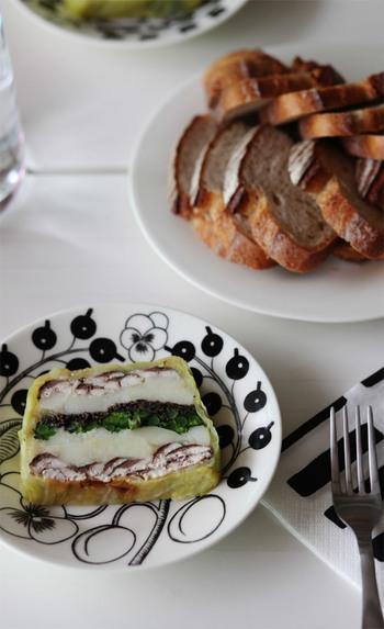 慣れるまでは、型に茹でたキャベツや生ハムなどを敷き詰めてから食材を重ねて巻くようにすることで、カットする時の型崩れを防ぐことが出来ますよ。  それでは、具財別にテリーヌのレシピをご紹介します♪